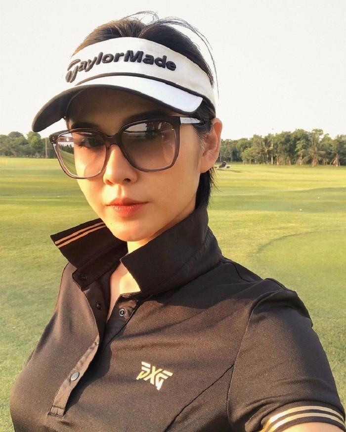 dàn gái xinh sân golf: Tại đây, các gái xinh vẫn mặc đồ chơi chuyên nghiệp và mọi thao tác đều diễn ra như ở sân bình thường nhé!