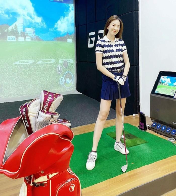 dàn gái xinh sân golf: Vóc dáng xịn sò cùng biểu cảm tập trung của các cô nàng cũng rất thu hút.