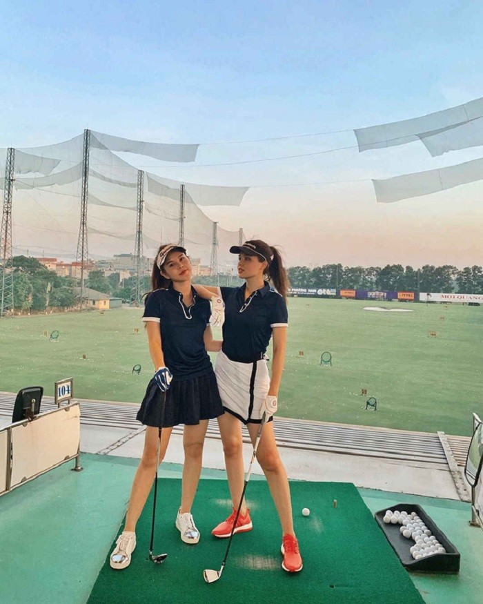 dàn gái xinh sân golf: Các cô gái với body rất gì và này nọ xuất hiện ở đâu là ở đấy có những cú swing chuẩn không cần chỉnh.