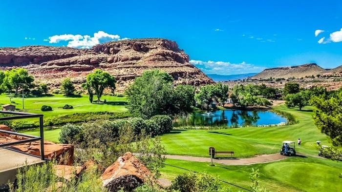 Lỗ 10 tại sân golf sa mạc Sand Hollow từ trên cao trông chẳng khác nào một kiệt tác kết hợp giữa thiên nhiên và nhân tạo