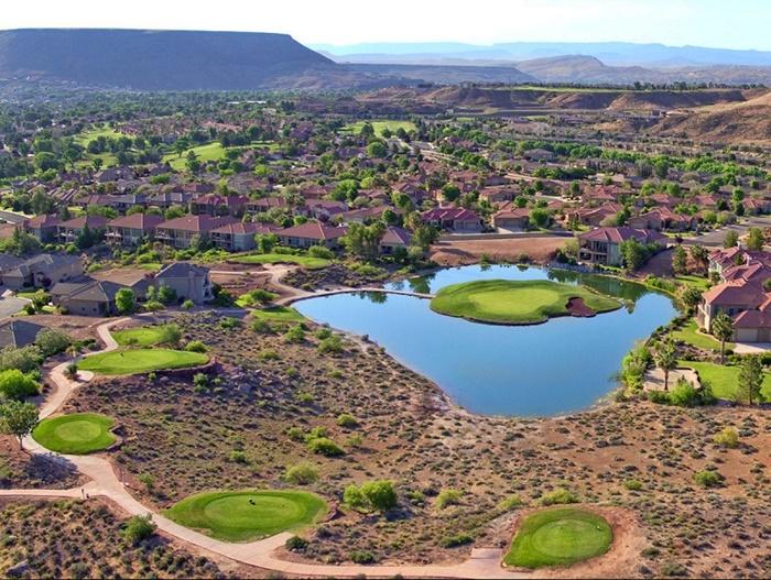 Bạn khó lòng kiếm được lỗ golf nào hùng tráng hơn lỗ 15 par 3 tại sân golf sa mạc Sand Hollow