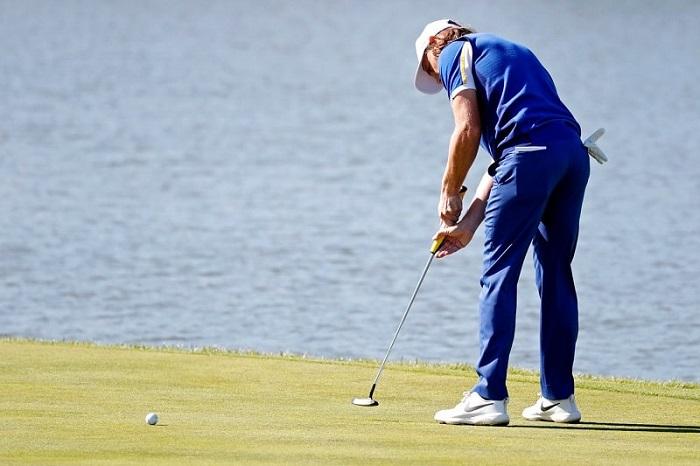 golfer đang dùng gậy putter gạt bóng - kinh nghiệm chọn gậy golf