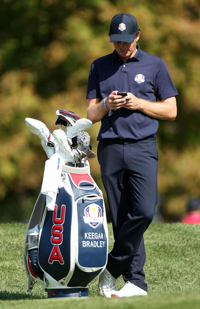 sử dụng điện thoại quá nhiều trên sân golf là điều kiêng kỵ khi chơi golf