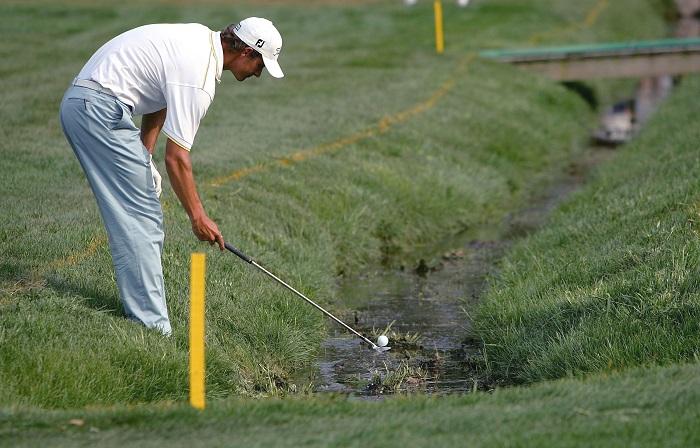 dùng lại bóng đã rơi xuống nước là điều kiêng kỵ khi chơi golf