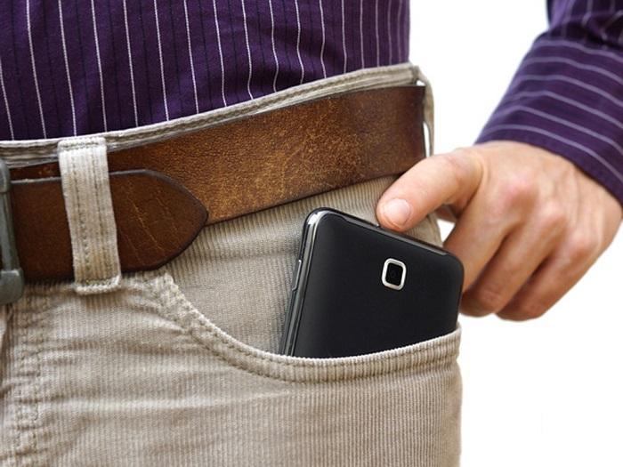đúc điện thoại trong túi quần là điều kiêng kỵ khi chơi golf