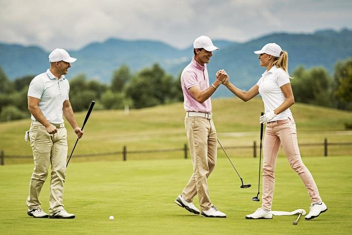 di chuyển vào đường bóng của người khác là điều kiêng kỵ khi chơi golf