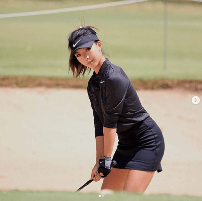 Nữ golf thủ xinh đẹp Lily Muni He quyến rũ trên sân golf