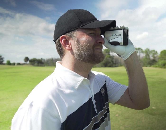 Ống nhòm đo khoảng cách là một thứ phụ kiện chơi golf cần thiết