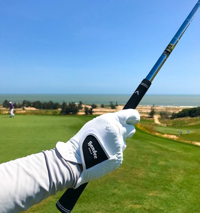 Găng tay golf là một thứ phụ kiện chơi golf cần thiết