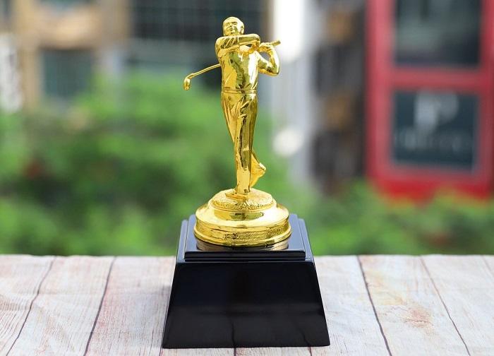 quà cho golfer tượng mạ vàng