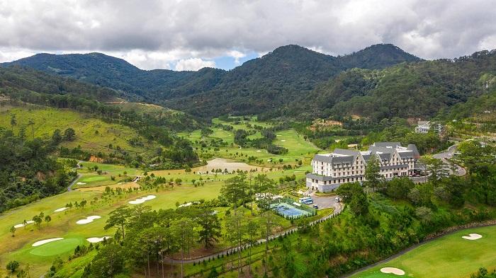 Sân golf Sam Tuyền Lâm sở hữu vị trí đắc địa, nằm giữa thung lũng