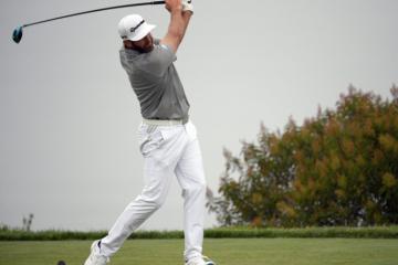 Golfer cao tuổi nhất lần đầu nâng cúp tại hệ thống giải châu Âu - European Tour