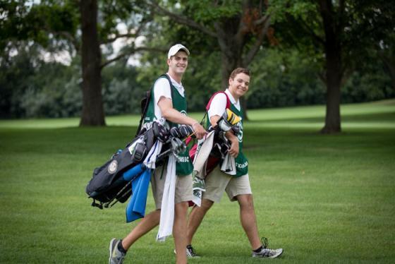 Nên và không nên mang gì trong túi chơi golf, chia sẻ từ hai caddie chuyên nghiệp thế giới