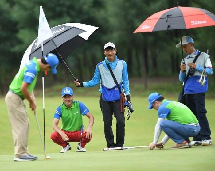 nên mang ô trong túi chơi golf