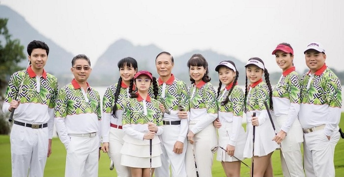 Siêu mẫu Thúy Hạnh Điều này không chỉ chứng minh siêu mẫu Thúy Hạnh nghiện chơi golf mà còn cho thấy golf phù hợp với mọi lứa tuổinghiện chơi golf tới mức rủ rê đại gia đình thực hiện bộ ảnh concept chơi golf