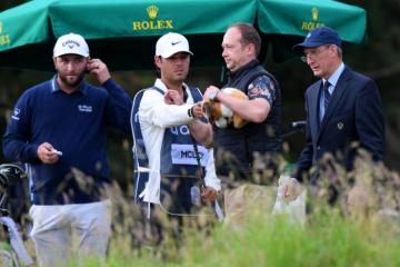 Rory McIlroy bị fan trộm gậy để thử swing trong vòng hai Scottish Open